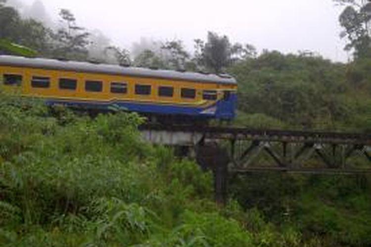 Kereta Api Pasundan Jurusan Bandung-Surabaya anjlok di sebuah jembatan antara lintasan Stasiun Cipeundeuy-Cirahayu, Tasikmalaya, Jumat (27/6/2014).