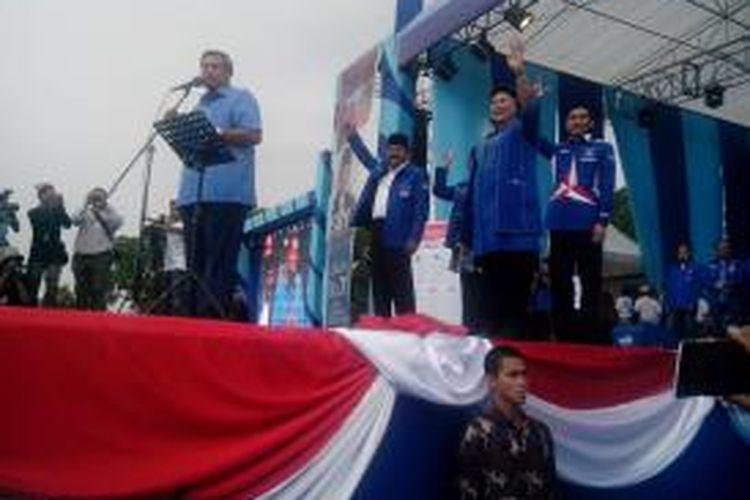 Ketua Umum Partai Demokrat Susilo Bambang Yudhoyono, Ani Yudhoyono, Ibas, serta Soekarwo saat berkampanye di Stadion Rejoagung Tulungagung, Jawa Timur, Selasa (18/3/2014).
