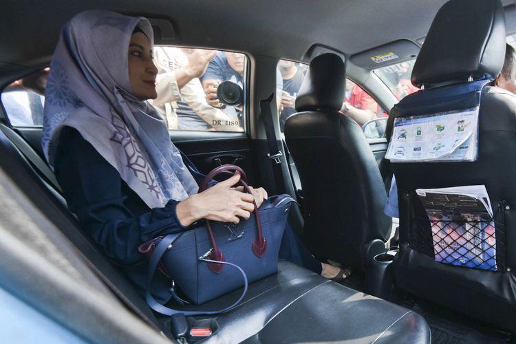 Artis Inneke Koesherawati meninggalkan gedung KPK seusai diperiksa di Jakarta, Senin (24/7). Istri dari tersangka penyuap Kepala Lapas Sukamiskin itu diperiksa sebagai saksi dalam kasus suap terkait jual beli fasilitas sel mewah di Lapas Sukamiskin dengan tersangka Andri Rahmat. ANTARA FOTO/Hafidz Mubarak A/aww/18.