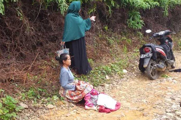 Sari (28) melahirkan di jalan saat dalam perjalanan ke Puskesmas Cirinten di Kabupaten Lebak, Banten, Senin (9/3/2020)