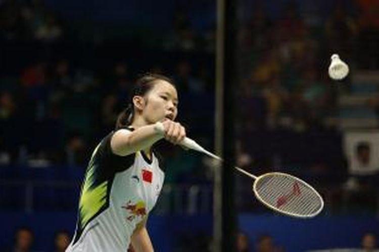 Tunggal putri China, Li Xuerui, mengembalikan shuttlecock pada Bae Yeon-ju asal Korea, pada babak semifinal BWF World Championships 2013, di Guangzhou, China, Sabtu (10/8/2013).