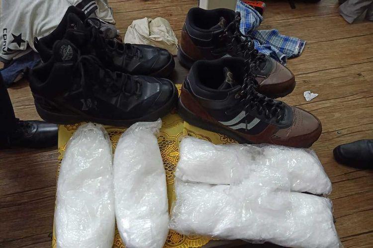 Dua orang pria asal Sumatera Selatan yang hendak terbang ke Jakarta dengan pesawat Air Asia pada Senin (5/4/2021) ditangkap petugas Avsec Bandara Kualanamu karena kedapatan membawa narkotika jenis sabu-sabu yang disimpan di dalam sepatu yang kenakannya pagi tadi.(Istimewa)