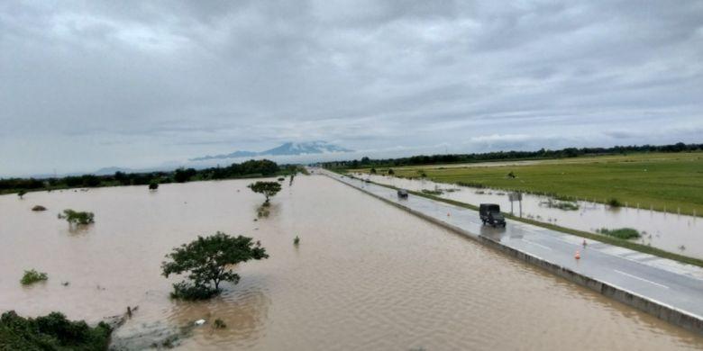 Nampak banjir bandang masih menggenangi lajur jalan tol ruas Caruban-Solo hingga Kamis ( 7/3/2019) siang.