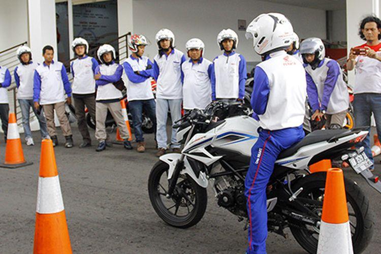 Kegiatan safety riding bersama komunitas blogger dan vlogger