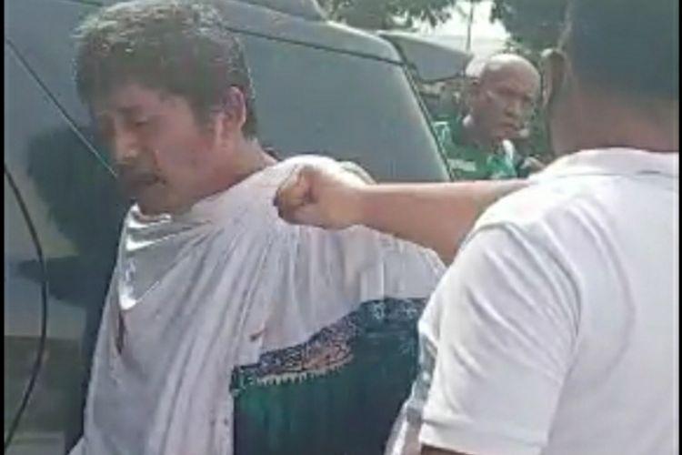 Warga mengamankan seorang pria pelaku pencurian yang mengenakan daster dan jilbab di Jalan DT Setia Maharaja, Kelurahan Tangkerang Labuai, Kecamatan Bukit Raya, Pekanbaru, Riau, Selasa (28/4/2020).