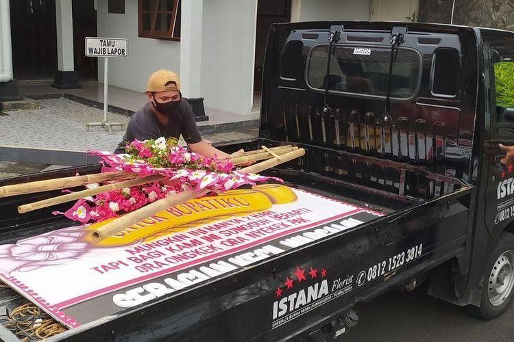 Karangan bungan bernada protes Jateng di Rumah Saja di Pendapa Sipanji, Banyumas, Jawa Tengah, dicopot.