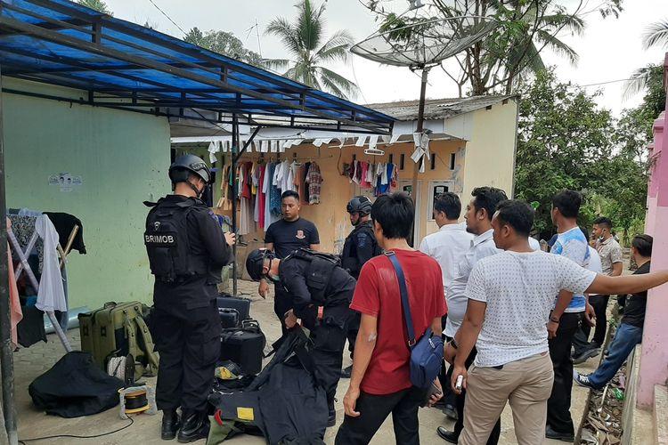 Tim Gegana Polda Banten melakukan penggeledahan di kontarkan yang didiami oleh pasutri pelaku penusukan Wiranto di Pandeglang, Kamis (10/10/2019).