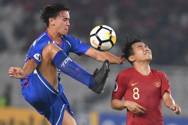 Pesepak bola Indonesia Witan Sulaeman (kanan) saling berebut bola dengan pesepak bola Taiwan Karl Hu Josefsson (kiri) dalam laga Grup A Piala Asia U-19 di Stadion Utama Gelora Bung Karno, Jakarta, Kamis (18/10/2018). Indonesia menang dengan skor 3-1.
