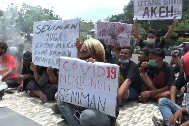 UNJUK RASA—Ratusan pekerja seni Kabupaten Madiun menggelar unjuk rasa di Gedung DPRD menuntut dewan dan Pemerintah Kabupaten Madiun memberikan ijin mereka manggung kembali, Selasa (3/11/2020).