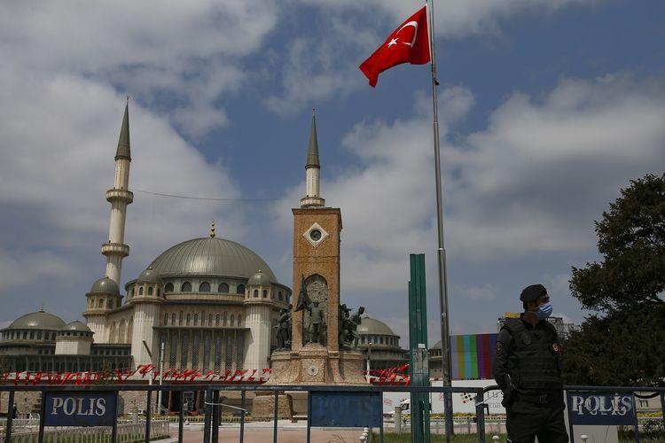 Seorang polisi berjaga di luar Masjid Taksim yang baru dibangun di Taksim Square, Istanbul, Turki, pada 28 Mei 2021. Presiden Recep Tayyip Erdogan meresmikan masjid tersebut, memenuhi janji lama untuk membangun tempat ibadah agama Islam di ruang publik utama yang selama ini dianggap simbol Turki modern.