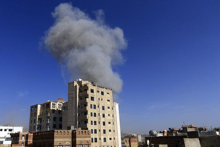 Asap membumbung dari bangunan yang ada di ibu kota Yaman, Sanaa, pada Kamis (16/5/2019), setelah serangan yang dilancarkan koalisi pimpinan Arab Saudi.