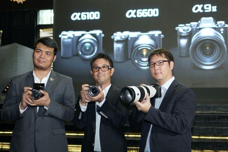 Marketing Director PT Sony Indonesia Koji Sekiguchi (tengah), dalam acara peluncuran kamera mirrorless Sony a6600 dan a6100 di Jakarta, Senin (18/11/2019)