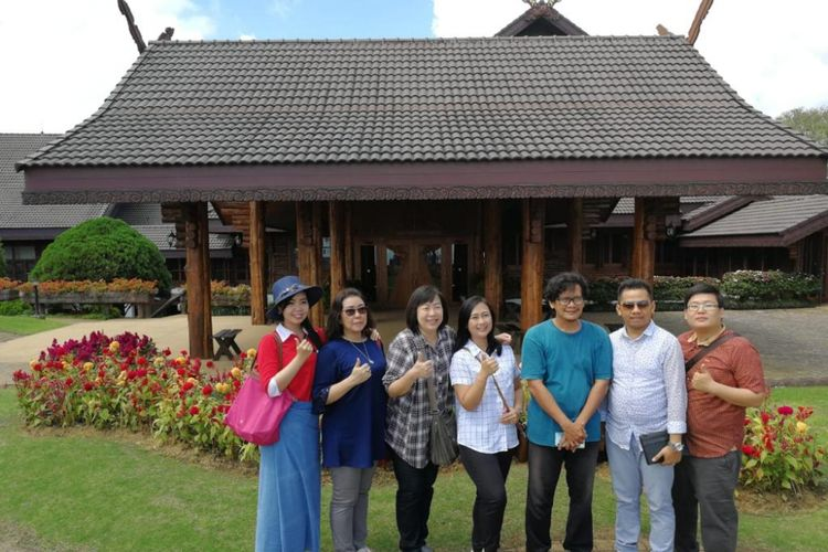 Wisatawan Indonesia berfoto bersama di pintu masuk Doi Tung Villa, Chiang Rai, Thailand.