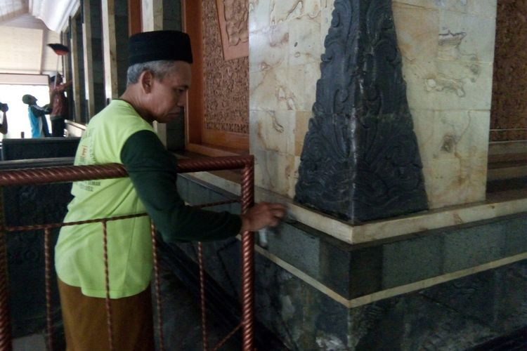Anak cucu Sunan Kalijaga dibantu abdi dalem makam saat melaksanakan tradisi Tebah, yakni acara bersih makam Sunan Kalijaga, yang terletak di Kelurahan Kadilangu,  Kabupaten Demak, Jateng,  Selasa (23/5/2017) sore.