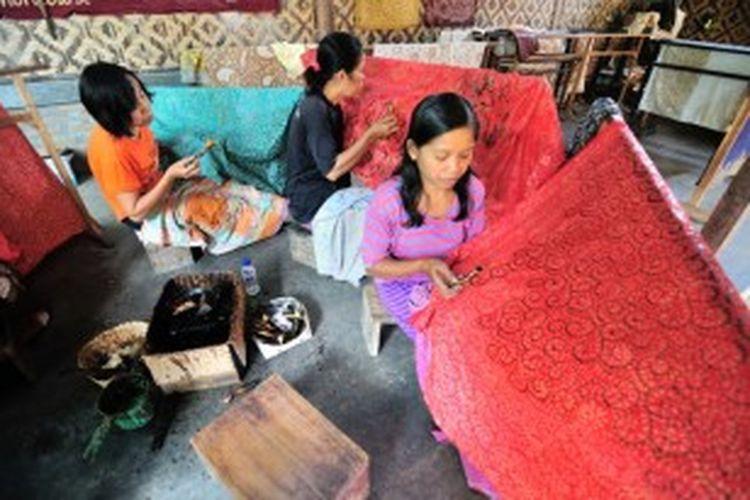 Desa Giriloyo di dekat Pemakaman Raja Jogja Imogiri Bantul, DIY. Sampai saat ini tetap melestarikan batik tulis.
