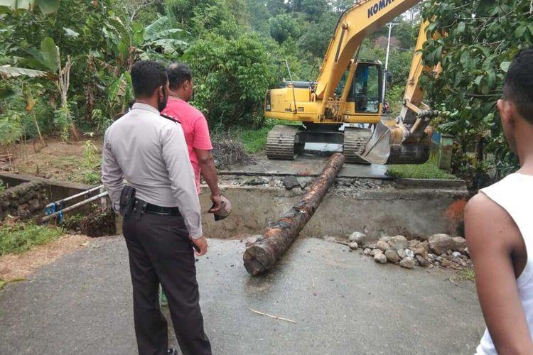 Sebuha jembatan penghubung antardesa di Desa Negeri Lima, Kecamatan Leihitu, Kabupaten Maluku Tengah ambruk, Senin (13/7/2020)