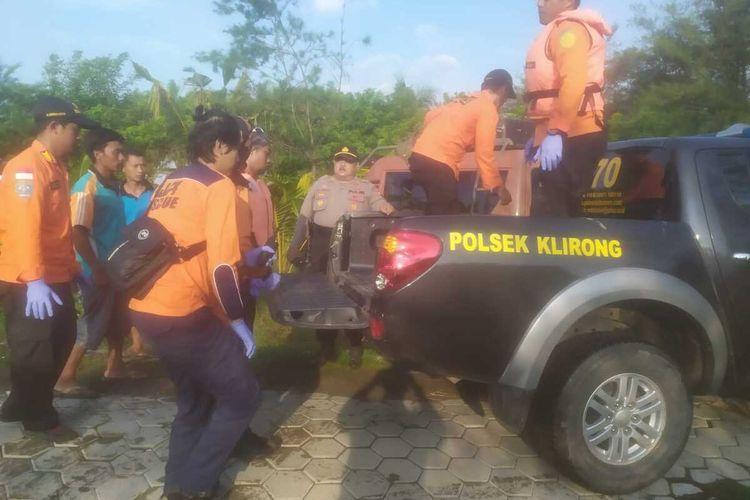 Tim SAR gabungan mengevakuasi jasad korban tenggelam di Sungai Bedahan, Kabupaten Kebumen, Jawa Tengah, Selasa (14/1/2020) pagi.