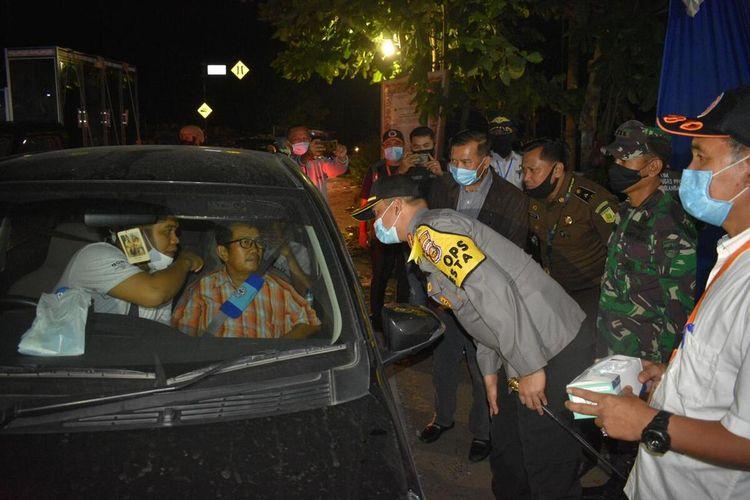 Wali Kota Pekanbaru, Firdaus dan Kapolresta Pekanbaru Kombes Pol Nandang Mumin Wijaya menemukan salah satu pengendara mobil yang tidak menjaga jarak antar penumpang, saat melakukan sidak PSBB di Kota Pekanbaru, Riau, Rabu (20/5/2020) malam.