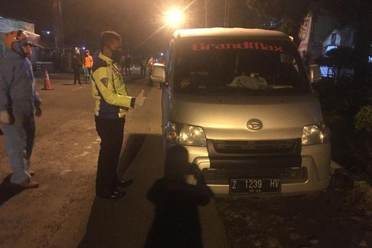 Sebuah mobil dijadikan travel gelap membawa penumpang rute Jakarta-Tasik saat PSBB ditangkap tim gabungan TNI, Polri di Pos Penjagaan Perbatasan Mangin, Kota Tasikmalaya, Kamis (30/4/2020) dini hari.