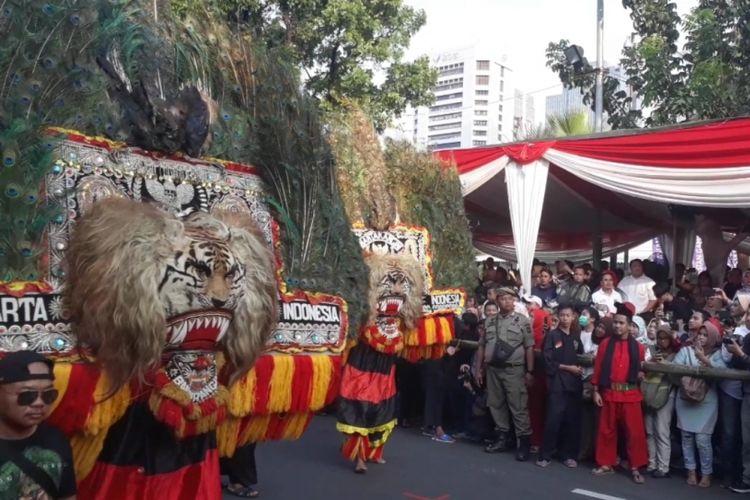 Pawai saat Jakarnaval (Jakarta Karnaval) 2018, di depan Balai Kota DKI Jakarta, jalan Medan Merdeka Selatan, Jakarta Pusat, Minggu (08/07/2018).