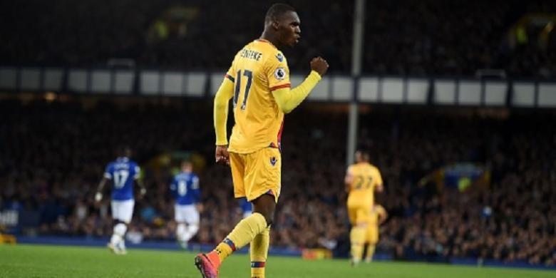 Striker Crystal Palace, Christian Benteke, merayakan gol ke gawang Everton pada laga di Goodison Park, Jumat (30/9/2016).