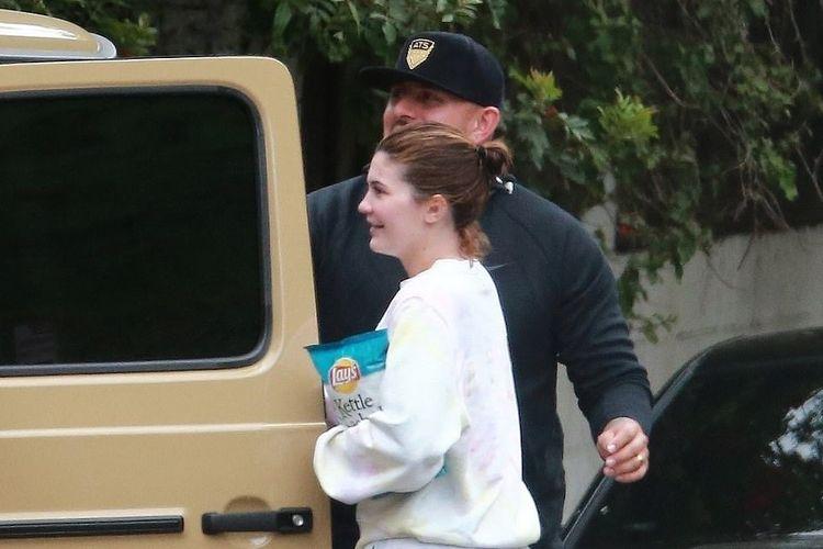 Kylie Jenner tertangkap kamera saat turun dari mobil tanpa mengenakan alas kaki, di Los Angeles, Amerika Serikat.