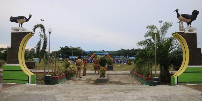 Ardhani Briputra, Kepala Seksi Sarana Usaha Pariwisata (kanan) di Taman Kota Fonuasingko sebagai salah satu landmark Kota Morowali, Sulawesi Tengah, saat kunjungan kerja bersama Dirjen Perhubungan Udara Kementerian Perhubungan, Selasa (27/2/2018).