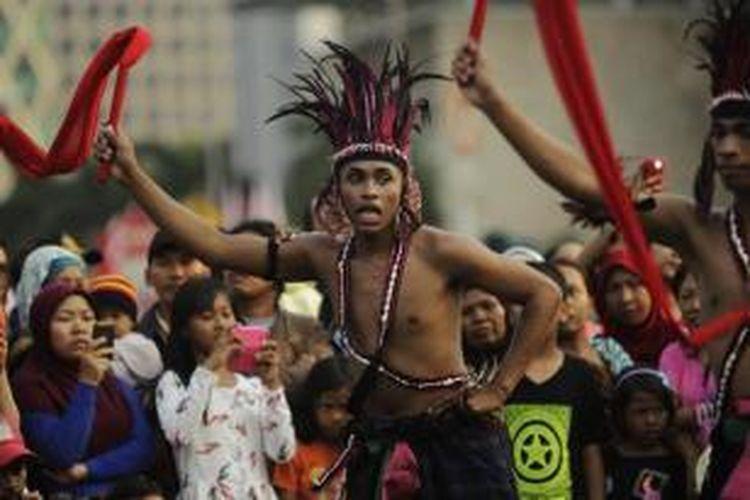 Arak-arakan Pawai Seni dan Budaya Kreatif 2014 melintasi Jalan Medan Merdeka Barat, Jakarta, Senin (18/8/2014). Pawai ini dalam rangka memperingati HUT Kemerdekaan Ke-69 Republik Indonesia.