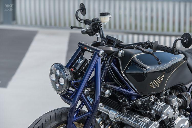 Honda CBX1000 bergaya cafe racer dengan suspensi depan dan belakang single-sided.
