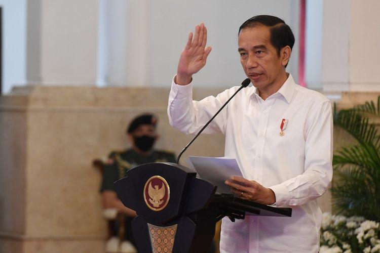 Presiden Joko Widodo memberikan  sambutan saat acara penyaluran dana bergulir untuk koperasi di Istana Negara, Jakarta, Kamis (23/7/2020). Pemerintah melalui Lembaga Pengelola Dana Bergulir Koperasi Usaha Mikro Kecil dan Menengah (LPDB-KUMKM) menyiapkan dana bergulir sebesar Rp 1 triliun untuk disalurkan kepada koperasi dalam rangka pemulihan ekonomi nasional yang terdampak COVID-19. ANTARA FOTO/Hafidz Mubarak A/Pool/nz