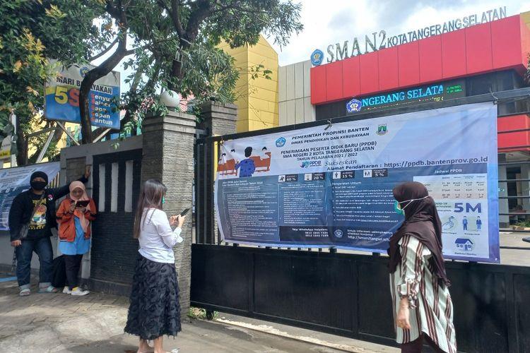 Sejumlah orangtua siswa di wilayah Tangerang Selatan mendatangi SMA Negeri 2 Tangerang Selatan karena mengalami kendala saat pendaftaran PPDB 2021, Senin (21/6/2021).