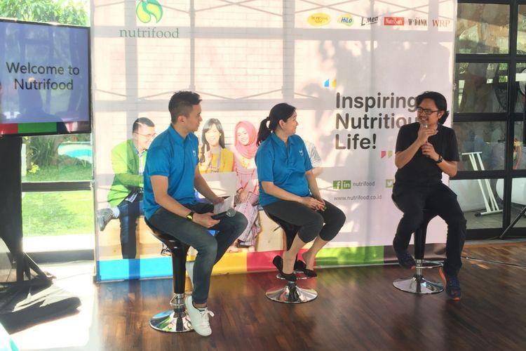 Astri Kurniati (tengah) dan Shafiq Pontoh (kanan) sebagai narasumber di acara #Nutrischool oleh Nutrifood.