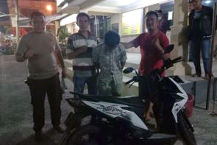 AR (37) napi asimilasi yang ditangkap aparat Polsek Terbanggi Besar karena berulah lagi dengan mencuri sepeda motor. (FOTO: Dok. Polsek Terbanggi Besar)