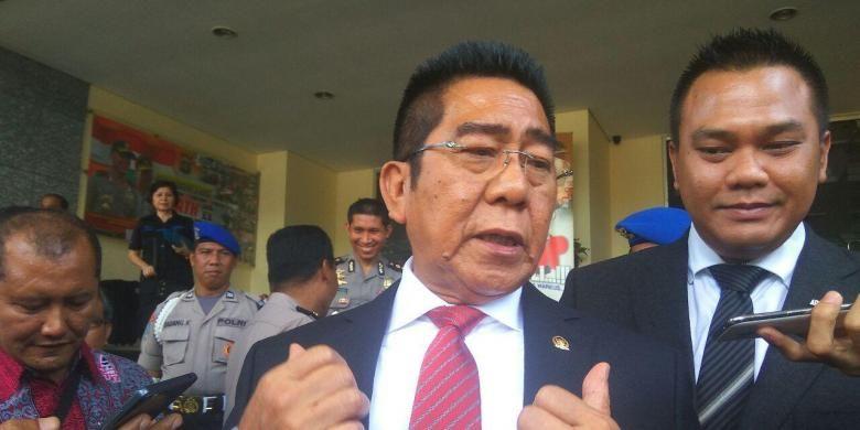 Anggota Komisi II DPR RI Henry Yosodiningrat menyerahkan surat permintaan penahanan Ketua FPI Rizieq Shihab ke Mapolda Metro Jaya, Jumat (20/1/2017).