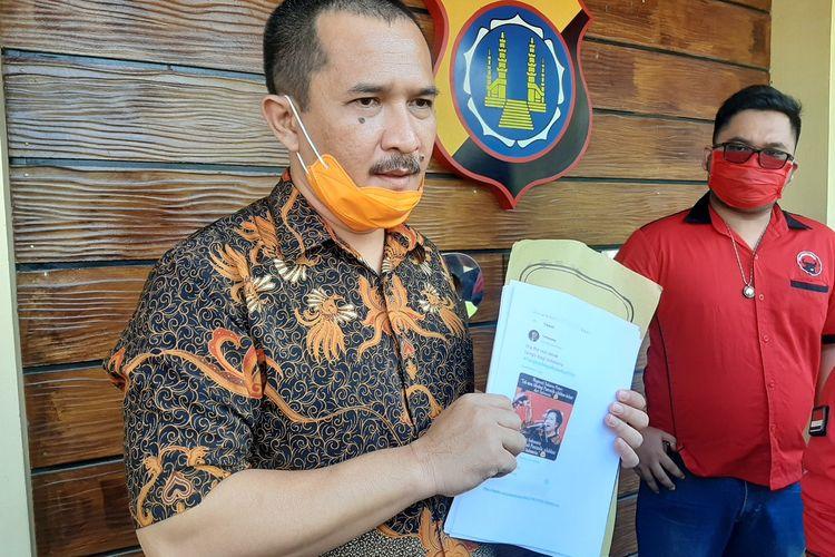Ketua DPC PDI Perjuangan Kota Yogyakarta, Eko Suwanto saat menunjukan salah satu bukti capture unggahan yang dibawa sebagai bukti pelaporan ke Polda DIY.
