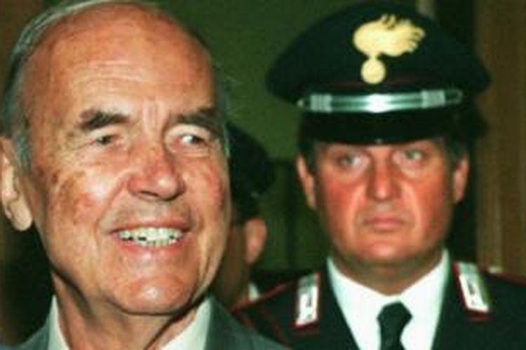Erich Priebke (1996), kiri, saat mengikuti sidang atas dirinya di Italia.
