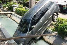 Mobil Innova Terperosok ke Kali di Sunter Jaya Saat Akan Diparkir