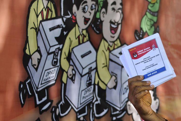 Warga mengikuti simulasi pemungutan suara Pemilu 2019 di Banda Aceh, Sabtu (6/4/2019). Simulasi yang digelar Komisi Independen Pemilihan (KIP) Aceh dan KIP Banda Aceh itu bertujuan untuk memberikan gambaran tentang cara pemungutan dan penghitungan suara sekaligus memperkuat kesiapan Panitia Pemilihan Kecamatan (PPK) dan Panitia Pemungutan Suara (PPS) dalam Pemilu 2019.