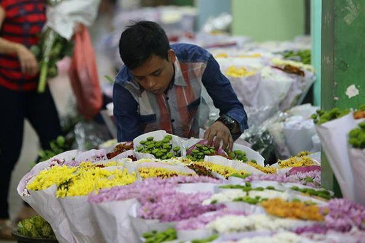 Pedagang menata bunga di Pasar Bunga Rawa Belong, Jakarta Barat, Selasa (21/6/2016).  Sejumlah pedagang mengaku pesanan hiasan bunga meningkat menjelang peringatan HUT ke-489 Kota Jakarta.