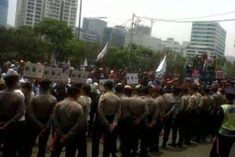 Demo buruh di kantor Apindo  Ratusan buruh telah memadati depan kantor Apindo, Gedung Permata Kuningan, Jakarta, Kamis (7/11/2013).Kompas.com/Ummi Hadyah Saleh