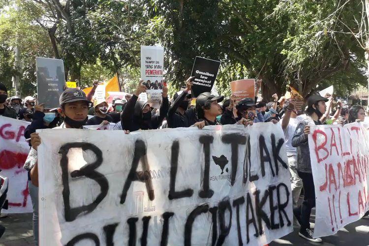 Aksi mahasiswa dan buruh tolak RUU Cipta Kerja di Gedung DPRD Bali, Kamis (16/7/2020).