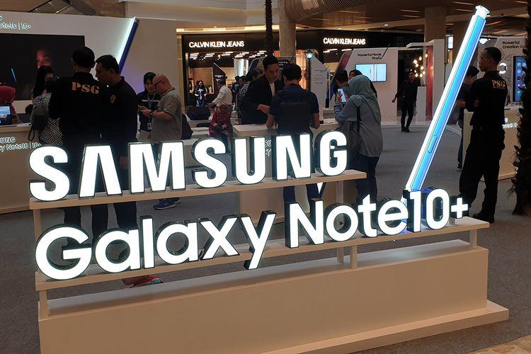 Logo Galaxy Note 10 Plus dalam penjualan peradana di Mal Kota Kasablanka, Jakarta, Jumat (23/8/2019).