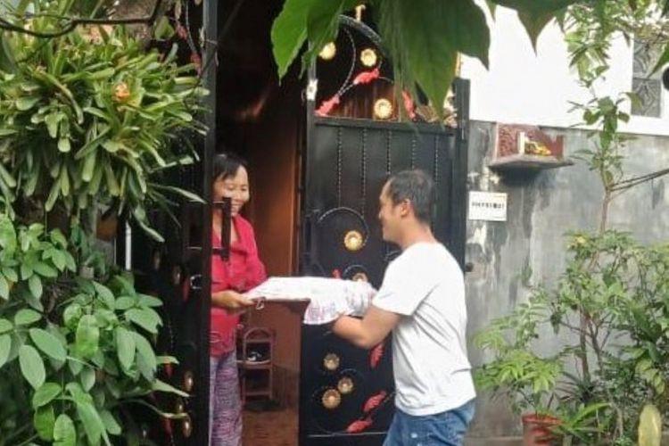 Seorang warga muslim melakukan tradisi Ngejot di Bali