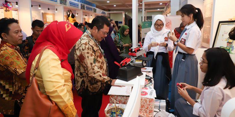 Direktur Pembinaan SMA (PSMA) Purwadi Sutanto saat mengunjungi salah satu stan Festival Literasi Siswa 2019 di Plaza Insani, Gedung Kemendikbud, Jakarta (26/4/2019).