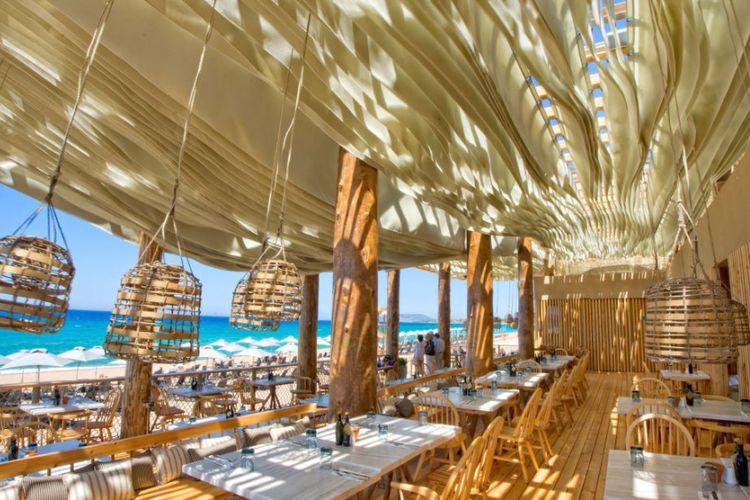 langit-langit restoran bergerak sesuai dengan arah dan kecepatan angin