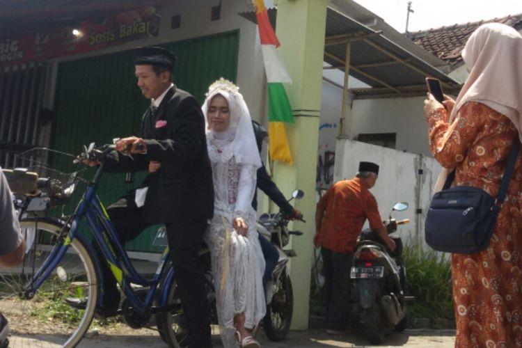 Paridi  membonceng Rohfangatun Maria Fiani,  mampir ke warung, beli sandal jepit, lantas menyedekahkan sandal itu ke Masjid Muqorrobin di Desa Brosot, Kecamatan Galur, Kulon Progo, Daerah Istimewa Yogyakarta.