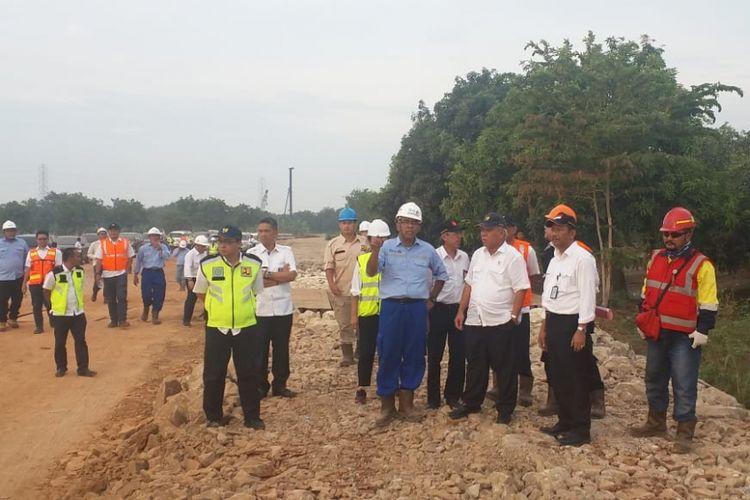 Menteri PUPR Basuki Hadimuljono saat meninjau proyek jalan akses ke Pelabuhan Patimban, Selasa (6/11/2018) di Subang, Jawa Barat.