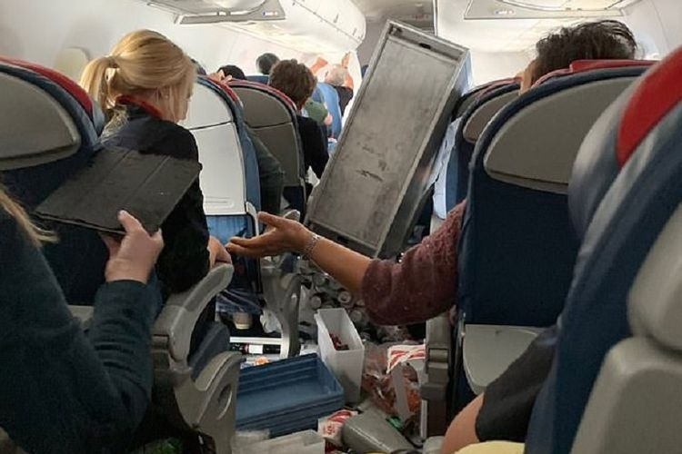 Beginilah kondisi kabin Delta Airlines jurusan Santa Ana, California menuju Seattle, Washington usai diguncang turbulensi.