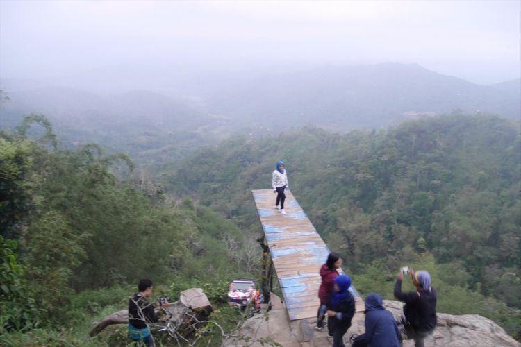 Salah satu spot foto di Bukit Ngisis, Desa Wisata Nglinggo, Kabupaten Kulonprogo, Yogyakarta, Sabtu (4/11/2017).
