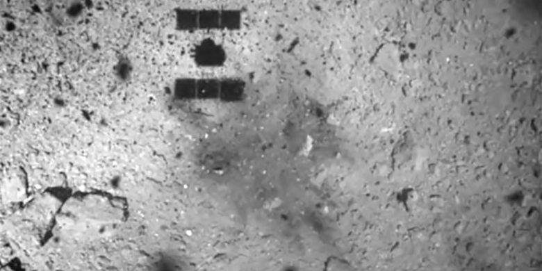 Lokasi pendaratan pesawat ruang angkasa Hayabusa2 di asteroid Ryugu. Bayangan Hayabusa2 terlihat jelas.